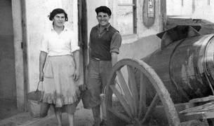 Los hermanos Boni y Jesús Rodríguez, aguadores de Ribaforada, en los años cincuenta.