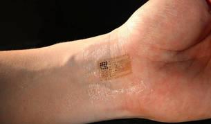 Imagen de archivo de una persona con un chip injertado.