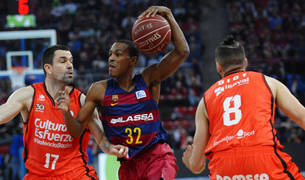 Foto del base del Barcelona Lassa Alex Renfroe (c), pasa el balón ante el escolta español del Valencia Basket, Rafa Martínez (i).