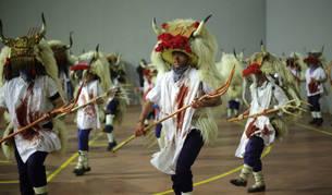 Ataviados con la indumentaria del 'Momotxorro', un grupo de jóvenes ensayan la danza del icono del Carnaval rural de Alsasua.