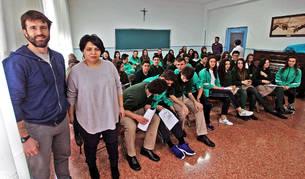 El bombero Xabier Luna Berango y la refugiada azerbaiyana Saadat Baghirova en el colegio Notre Dame de Burlada con alumnos de 3º y 4º de ESO a los que Impartieron una charla.