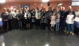 Los donantes distinguidos en el encuentro anual de Estella, junto a sus familiares y responsables de Adona en un momento de la fiesta.