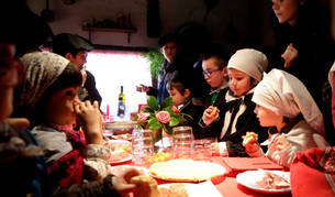 Foto de Ana Mari Marín, en el centro, rodeada de niños.