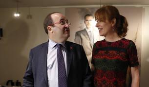 Imagen del primer secretario del PSC, Miquel Iceta, junto a la periodista Gloria Lomana