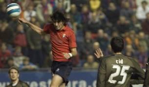 Nekounam golpea el balón durante el partido contra el Girondins