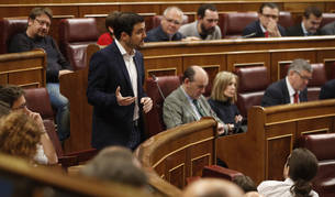 Imagen del coordinador federal de IU, Alberto Garzón (c), durante su intervención