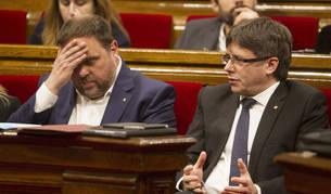 Puigdemont y Junqueras, en el Parlament.