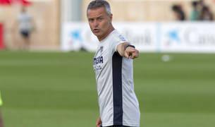 Fran Escribá dirigiendo un entrenamiento con el Villarreal