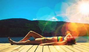 Foto de una mujer tomando el sol.