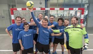 Luis Lasheras Escandi, en el centro con el balón, junto al resto del equipo Rocódromo+Desplome que milita en Segunda División.