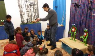 Sesión infantil con marionetas en la exposición de Corrado Masacci, en el invierno de 2016.