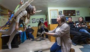 La niña Ariadne Asín Jacue, Ángel de Tudela 2017, ensaya su papel colgada del arnés ante el velo enlutado de la Virgen que sostiene Zoraida Hoyos Aguado.