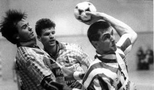 Mateo Garralda, con la camiseta del Atlético de Madrid, supera a Álvaro Jaúregui y Oleg Lvov en un partido contra el Mepansa.