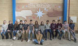 Alumnos del Puy, con su profesor Jesús Bacáicoa, posan ayer en el colegio junto al mural creado para la Semana Solidaria.