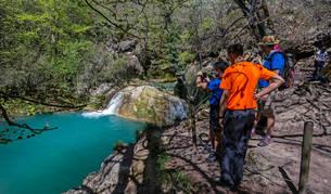 Un grupo de turistas junto al nacedero del Urederra, el destino más solicitado.