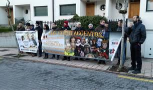 Imagen de la protesta frente al domicilio del alcalde de Pamplona.