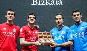 Iker Irribarria y Aimar Olaizola sujetan la caja con el material para el partido del domingo en  Bilbao.