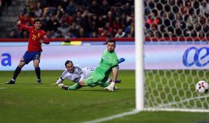 Silva bate al guardameta israelí en el primer gol de España.