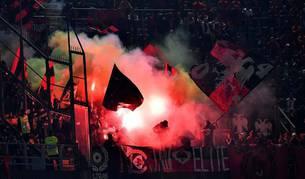Imagen de bengalas durante el partido Italia-Albania.
