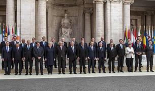 Fotografía de familia de los jefes de Estado o de Gobierno de los 27 países de la UE que han conmemorado en Roma el 60 aniversario de los Tratados de Roma.