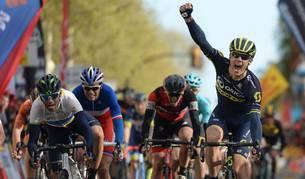 Impey celebra su victoria en la sexta etapa de la Volta junto a Valverde