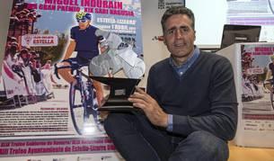 Miguel Induráin con su trofeo.