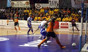 Javivi empuja a gol un servicio de Ferrán en el partido anterior disputado ante Jumilla.