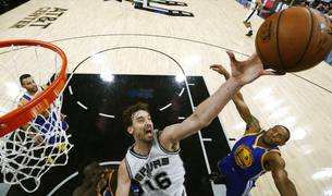 Pau Gasol (Spurs) contra los Golden State Warriors