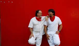 El corredor de encierros Sergio Colás (derecha) posa con su padre, Txema, con el típico 'uniforme' sanferminero.