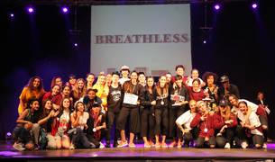 El grupo Breathless de Pamplona, ganador absoluto, en el centro, junto a los segundos y terceros clasificados y el jurado.