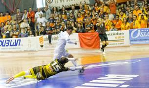 Molina 'resurge' para salvar al Aspil con una tremenda parada a Javi Rangel después de que éste le regateara en el partido de ayer en el Ciudad de Tudela.