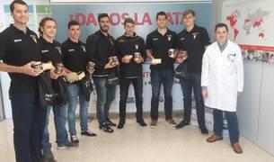 Jugadores del Helvetia Anaitasuna visitan el hospital San Juan de Dios.