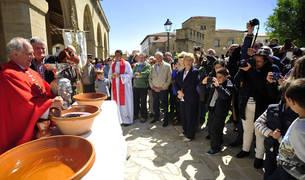 El párroco José Luis Irigoyen mira cómo el vino es derramado por el interior del cráneo de San Guillén.
