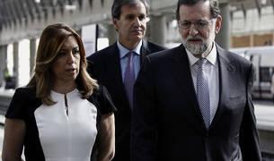 El presidente del Gobierno, Mariano Rajoy (d), junto a la presidenta de Andalucía, Susana Díaz (i), y el presidente de Renfe, Juan Alfaro (c)