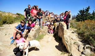 Imagen de los asistentes a la marcha del sábado junto al dolmen denominado Portillo de Enériz.