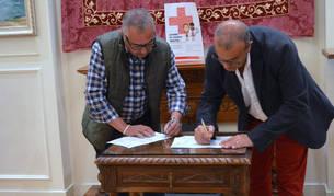 Imagen de Pedro Herrero y Valentín García Olcoz durante la firma del convenio.