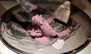 Imagen de la preparación de un helado sobre una plancha a 32 grados bajo cero en el Salón de Gourmets