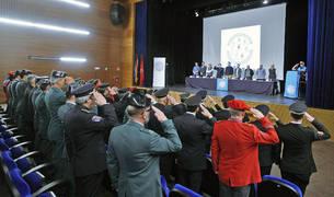 Momento en el que los asistentes al Día de las Policías de la Comarca escuchan el himno de la Comunidad Foral de Navarra.
