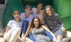 De izda a dcha: Sonia Millán Gómez, Ruth De Rioja, Anabel Jiménez Sanz, Yolanda Vélaz Muñoz y Ana Monente Moraz este domingo  en un hinchable.