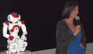 foto de Silvia Leal, experta en inno-liderazgo, y el robot Nao han participado en la presentación en Madrid de Pamplona Innovaction Week
