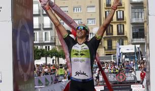 Un millar de triatletas desafiaron al calor en el Half Triathlon Pamplona-Iruña, que repartió los títulos de media distancia.