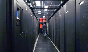 Una sala llena de servidores