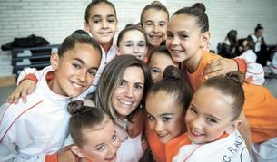 Maite Resano Fonseca, rodeada por todas sus jóvenes gimnastas el pasado sábado durante una pausa en la competición en Mendillori.