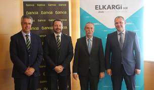 foto de Pío Aguirre, director general de Elkargi; Julio Martín, director corporativo de la Territorial Norte de Bankia; Alfredo Alonso, director de zona de Bankia en el País Vasco; y Jorge Belaustegui, director comercial de Elkargi.
