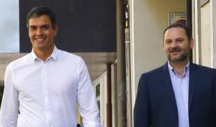 Foto de Pedro Sánchez (c), reelegido en primarias como secretario general del PSOE, acompañado por los diputados Adriana Lastra y José Luis Ábalos,