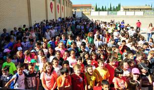 Imagen del patio del colegio Virgen de la Oliva de Carcastillo, que acogió este jueves la fiesta de conmemoración del aniversario.