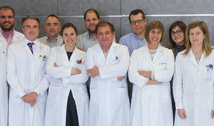 A la izquierda, los doctores Felipe Prósper y Julen Oyarzabal con investigadores del CIMA y de la Clínica Universidad de Navarra que participan en el estudio