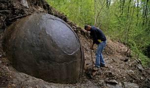 Una roca redonda en Bosnia se convierte en un imán para turistas