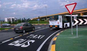 Imagen de una villavesa circulando por el carril reservado a autobuses y taxis cerca de Sarriguren.