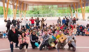 Los integrantes de la banda alicantina, con alumnos y profesorado del colegio público de San Jorge.